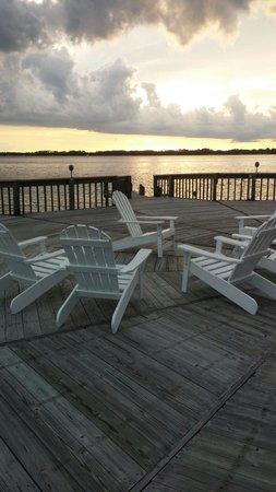 Lakeside Inn: Beautiful dock at sunset.