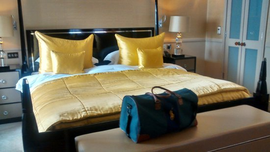 St. James's Hotel and Club: Large superking bed