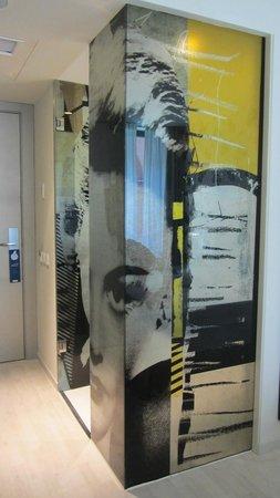 H10 Berlin Ku'damm : Funky bathroom glass wall