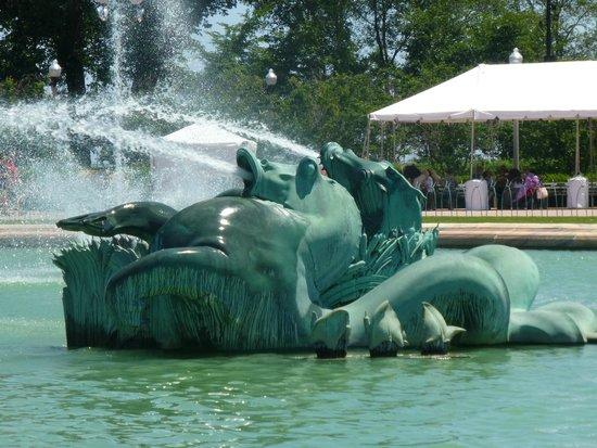 Buckingham Fountain: horses in fountain