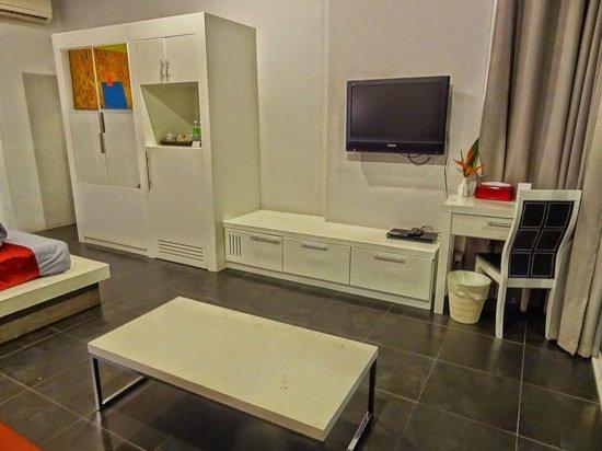 Aonang Paradise Resort: Weißes, helles, aber auch etwas ramponiertes Mobiliar