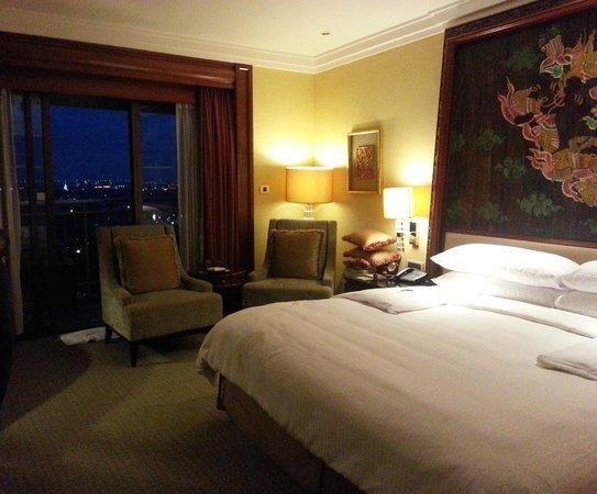 Shangri-La Hotel,Bangkok : Balcony room, view lights