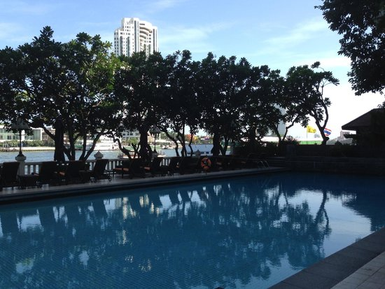 Shangri-La Hotel,Bangkok: Spa pool with river in the background