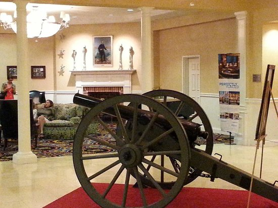 Wyndham Gettysburg: Authentic Civil War cannon in lobby