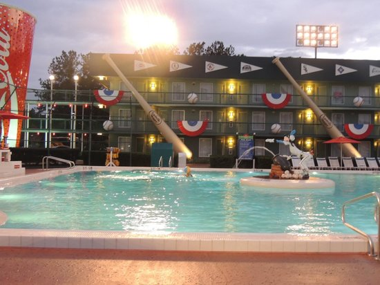 Disney's All-Star Sports Resort : piscina a noite