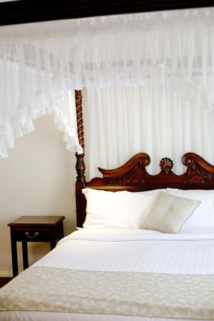 Sanctuary House Resort Motel: Four poster bed/super deluxe suite