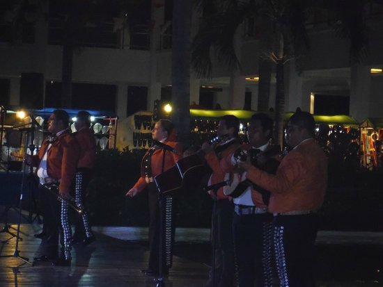 Grand Sunset Princess All Suites Resort: Mariachi band on Mexico night