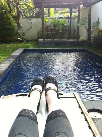 Pertiwi Resort & Spa: Relaxing by the pool