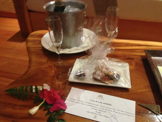 Le Taha'a Island Resort & Spa : champagne and sweets upon arrival