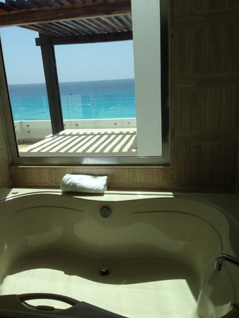 ME Cancun: Vista desde el Jacuzzi de la habitación. (Loft Suite)