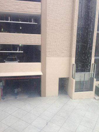 Holiday Inn Burbank: Dirty windows (above the non-functional AC unit)