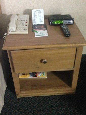 Holiday Inn Burbank: Sad furniture - Desperately in need of updates