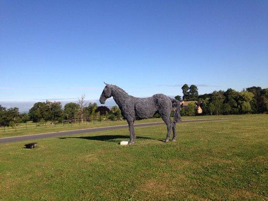Ellenborough Park: 馬のオブジェがあります