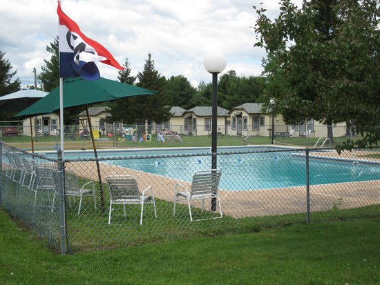 Twin Mountain Motor Court & RV Park: our large 'T-shaped' pool