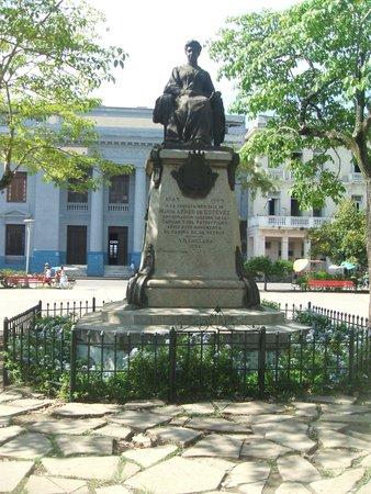 Hostal Bonsai: Marta Abreu statue at Parque Vidal