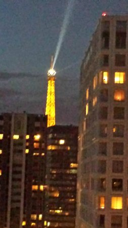 Novotel Paris Centre Tour Eiffel : 部屋から見るエッフェル塔