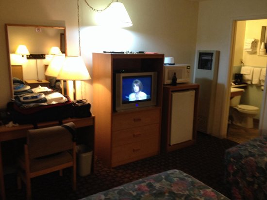 Sierra Motel : Dresser, CRT TV cabinet, micro, fridge, entrance to bathroom.