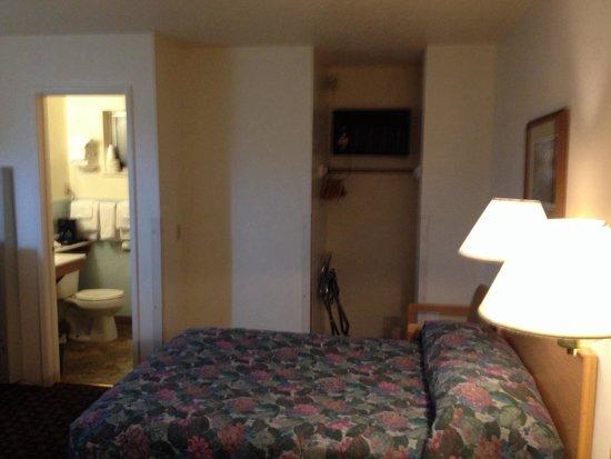 Sierra Motel : Bath, closet, beds and lights above beds.