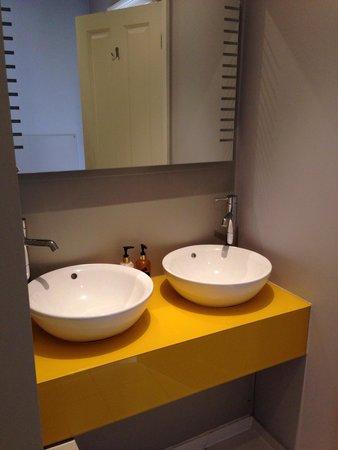 salle de bain fonctionnelle foto di the oriental. Black Bedroom Furniture Sets. Home Design Ideas