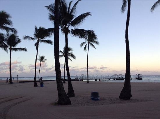 Hilton Hawaiian Village Waikiki Beach Resort: sterile beach