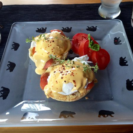 Twisted Timber Guesthouse: Yummy homemade eggs benedict with smoked salmon powered us through our hike.
