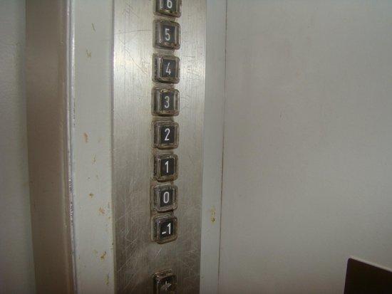 Timhotel Tour Eiffel: Tablero del ascensor no se asuste por ubicación vale la pena