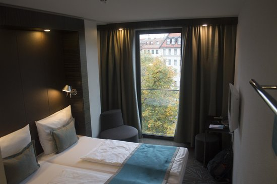 Motel One München - Sendlinger Tor: Very small room but functional