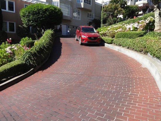 Lombard Street: Os carros descendo as ruas sinuosas