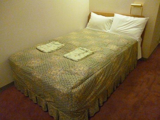 Hearton Hotel Minamisenba: Semi-double bed, 120cm wide.