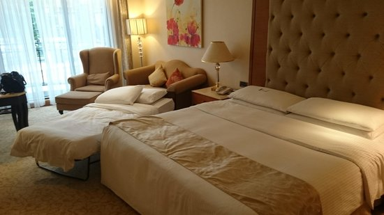 E-Da Royal Hotel : The extra bed is just place in the room without any consideration
