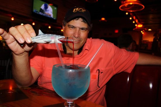 Joe's Crab Shack: Pedro pouring the grenadine into the sharkbite