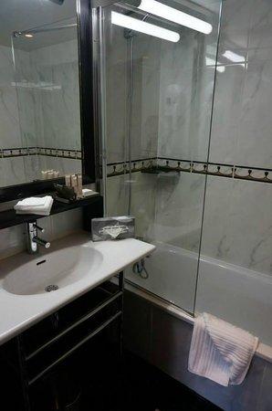 Hotel Les Jardins du Marais: 浴室