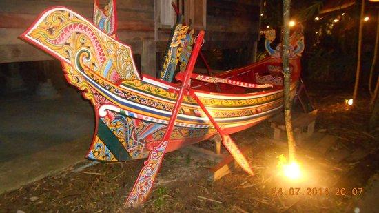 Siam Niramit Phuket : Colourful long boat