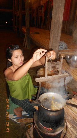 Siam Niramit Phuket : Making Thai silk