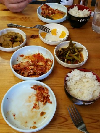 Dduk Bae Ki House: The side dishes are awesome.