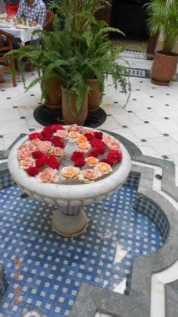 Riad Dar Sohane : Petite fontaine, toujours fleurie de roses.