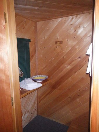 Stanton Creek Lodge: Washroom in our cabin
