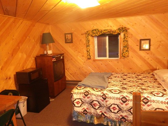 Stanton Creek Lodge: One double and one twin bed cabin