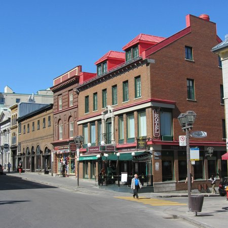Hotel du Vieux-Quebec : The hotel is on a corner...nice location.