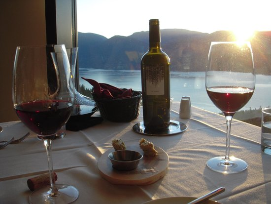Sparkling Hill Resort : Watchin the sunset at dinner