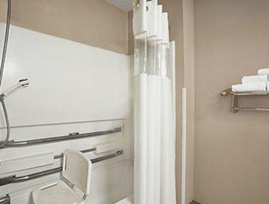Howard Johnson Inn Fort Wayne - Coliseum: Handicapped Bathroom