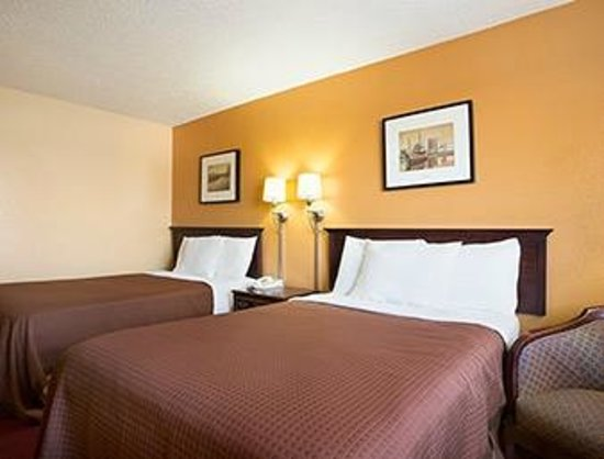 Howard Johnson Inn Fort Wayne - Coliseum : Room with two Double Beds-Flat Screen TV,Microwave and Refrigerator