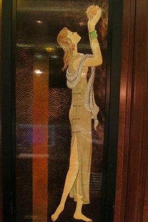 Fairmont Peace Hotel: Art behind the reception desk