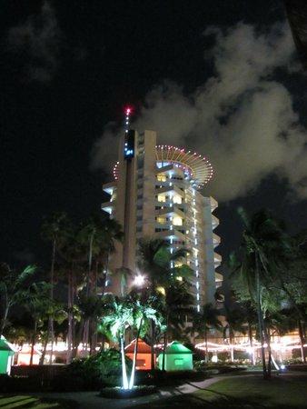 Pier Sixty-Six Hotel & Marina: O hotel visto a noite