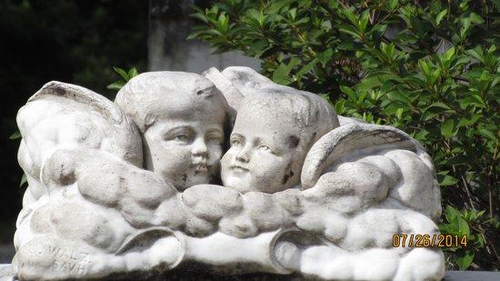 Bonaventure Cemetery: Sweet cherub monument