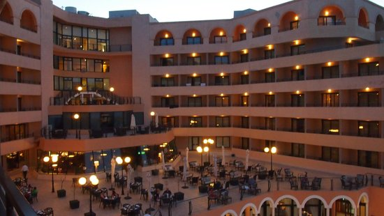 Radisson Blu Resort, Malta St Julian's : Das Hotel am Abend