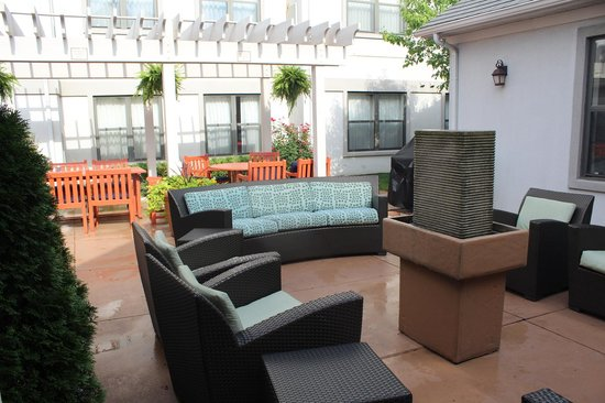 Residence Inn Kansas City Overland Park: Patio Eating and happy hour drinking