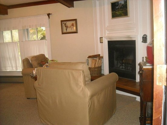 Glendeven Inn Mendocino: Our fireplace and sitting area