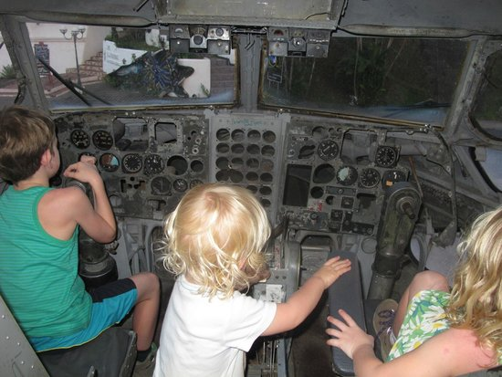 El Avion: Fun for the kids!