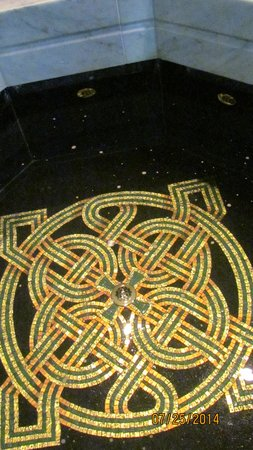 Cathedral of St. John the Baptist: Celtic design in font